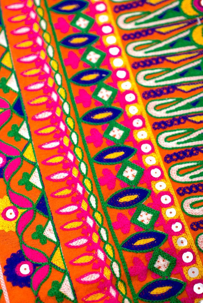 〔50cm切り売り〕ラジャスタンの刺繍布 - オレンジ〔幅110cm〕の写真4 - 別の箇所を見てみました。