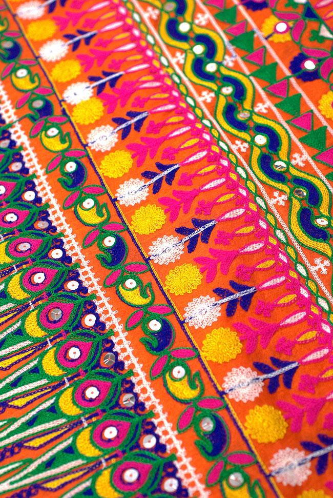 〔50cm切り売り〕ラジャスタンの刺繍布 - オレンジ〔幅110cm〕の写真6 - そこかしこに鏡(フィルム)が埋め込まれており、光を反射します。