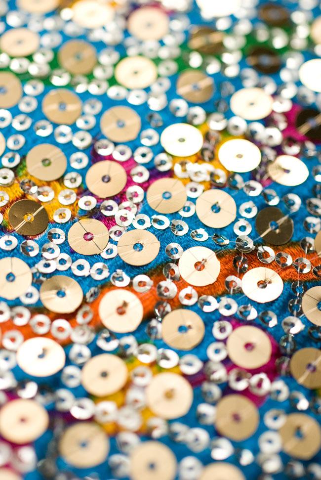〔1m切り売り〕インドのスパンコールクロス - 水色〔幅約100cm〕 3 - さらに近づいてみました。インドの細やかな手仕事です。