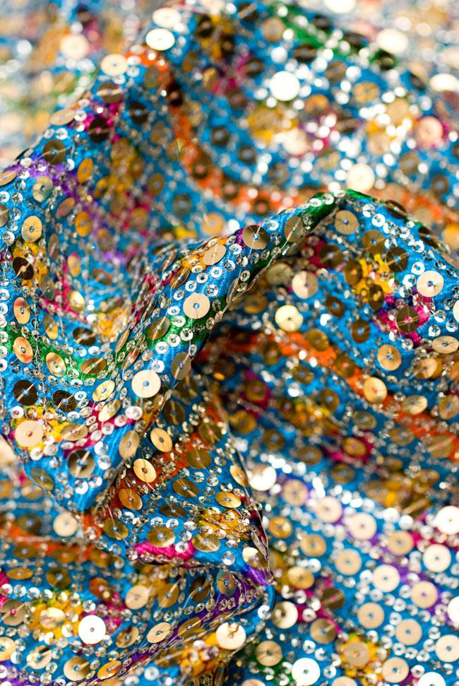 〔1m切り売り〕インドのスパンコールクロス - 水色〔幅約100cm〕 4 - 布をくしゅくしゅっとしてみました。陰影が美しいですね。
