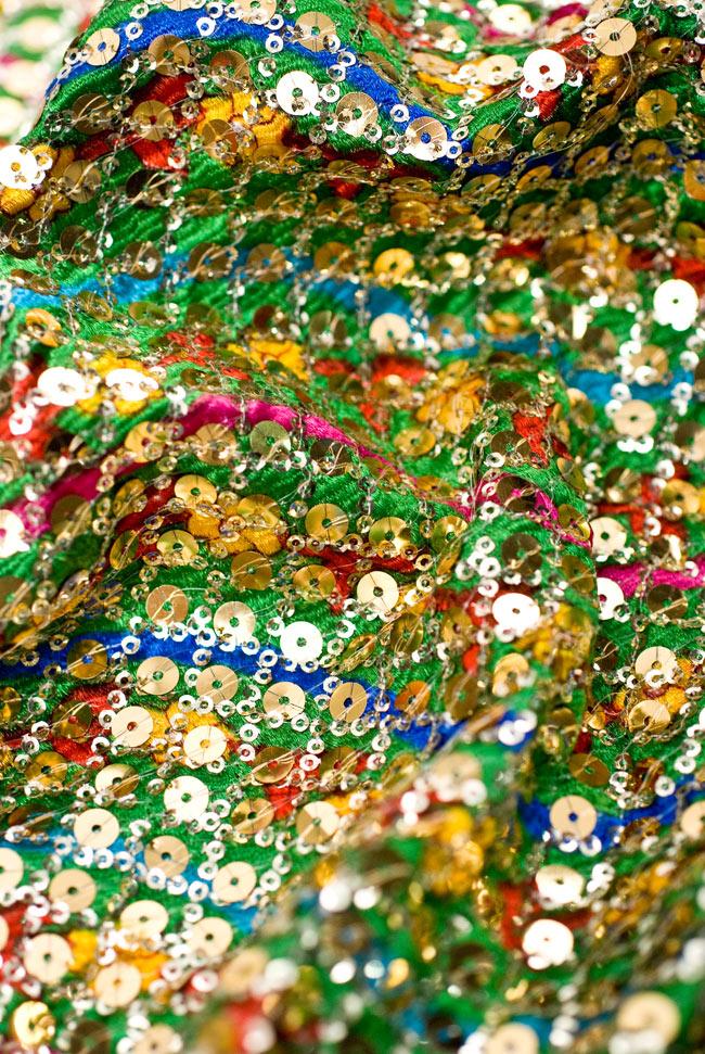 〔1m切り売り〕インドのスパンコールクロス - 緑〔幅104cm〕の写真4 - 布をくしゅくしゅっとしてみました。陰影が美しいですね。