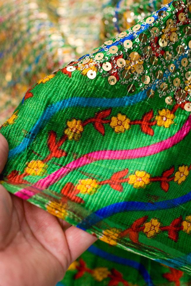 〔1m切り売り〕インドのスパンコールクロス - 緑〔幅104cm〕の写真5 - 端のほうを手で持ってみました。つややかな生地の上にスパンコールが施されています。