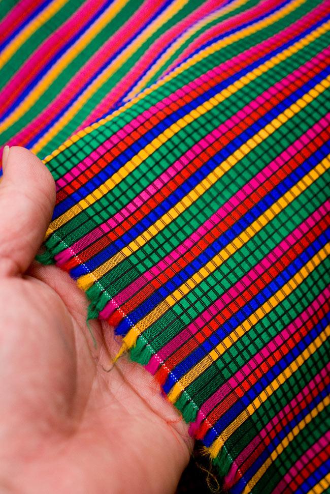 〔1m切り売り〕インドのマルチカラークロス - 緑〔幅約115cm〕 4 - 端の方を手で持ってみました。適度な薄手の生地で使い勝手が良いです。