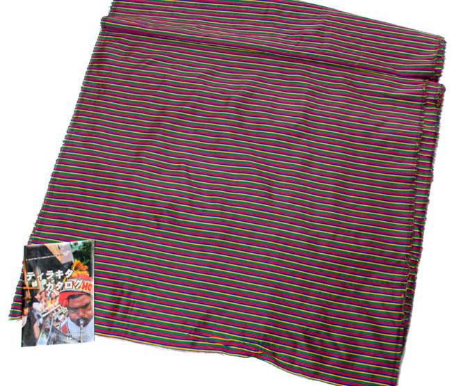 〔1m切り売り〕インドのマルチカラークロス - 緑〔幅約115cm〕 5 - A4の小冊子との比較です。布の広がりとパターンの繰り返しの感じがつかめますね。