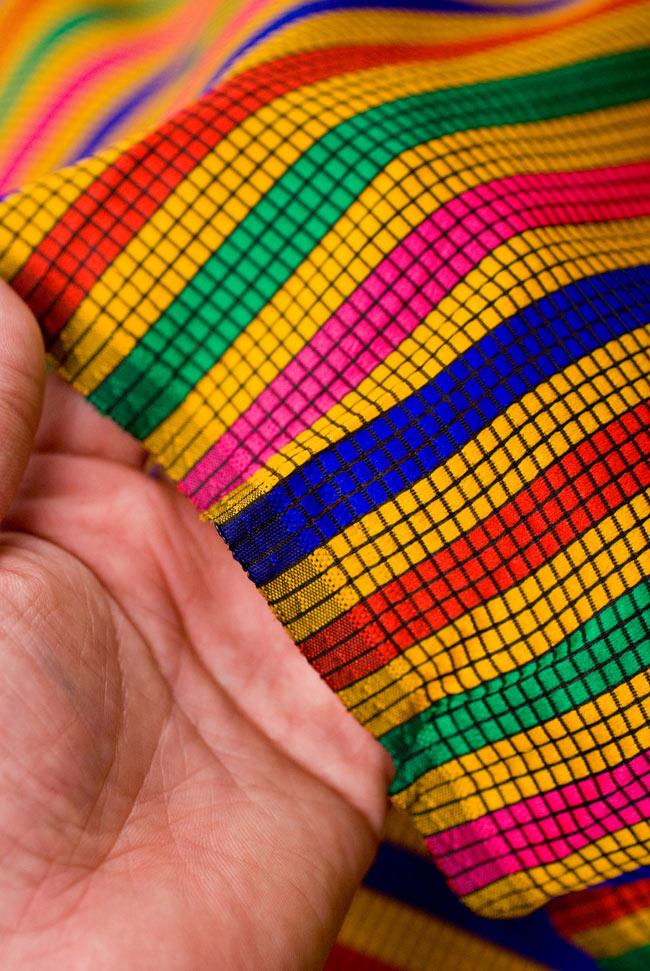 〔1m切り売り〕インドのマルチカラークロス - 黄〔幅約113cm〕の写真4 - 端の方を手で持ってみました。適度な薄手の生地で使い勝手が良いです。