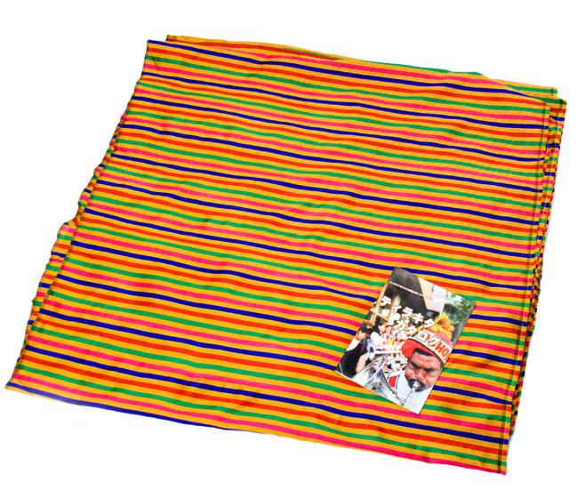 〔1m切り売り〕インドのマルチカラークロス - 黄〔幅約113cm〕の写真5 - A4の小冊子との比較です。布の広がりとパターンの繰り返しの感じがつかめますね。