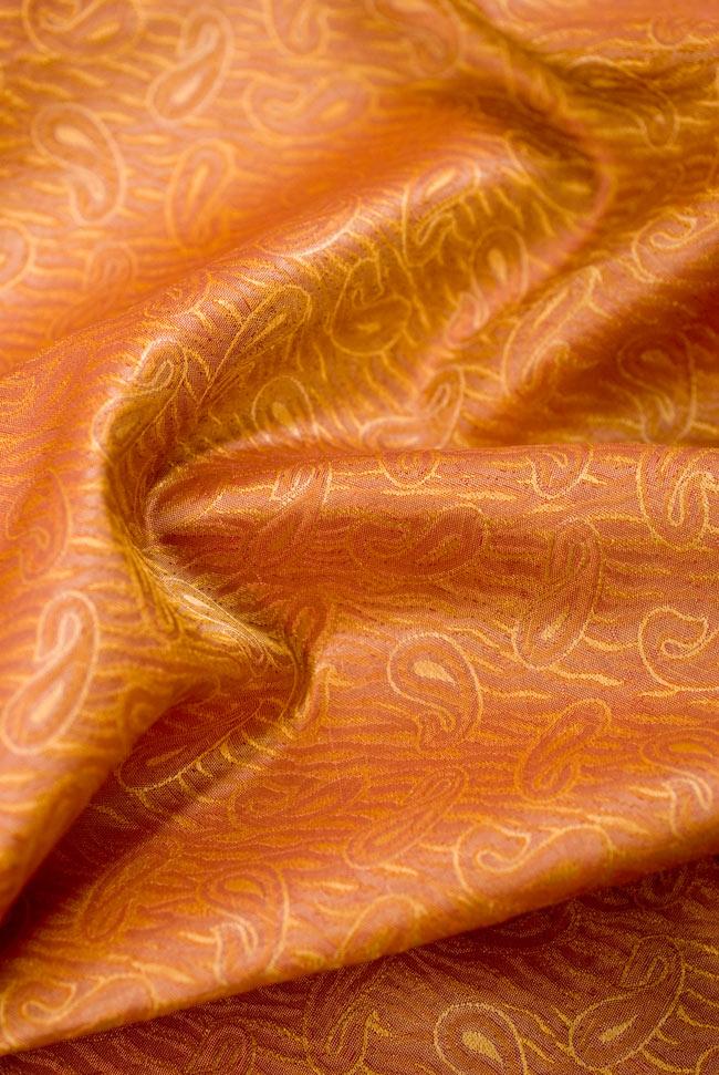 〔1m切り売り〕インドの伝統模様布 - 橙地にペイズリー〔幅112cm〕の写真3 - ドレープを作ってみました。見る角度により色合いが違って見えて、陰影が美しいです。