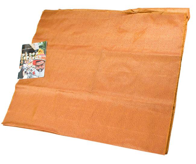 〔1m切り売り〕インドの伝統模様布 - 橙地にペイズリー〔幅112cm〕の写真6 - A4の小冊子との比較です。布の広がりとパターンの繰り返しの感じがつかめますね。