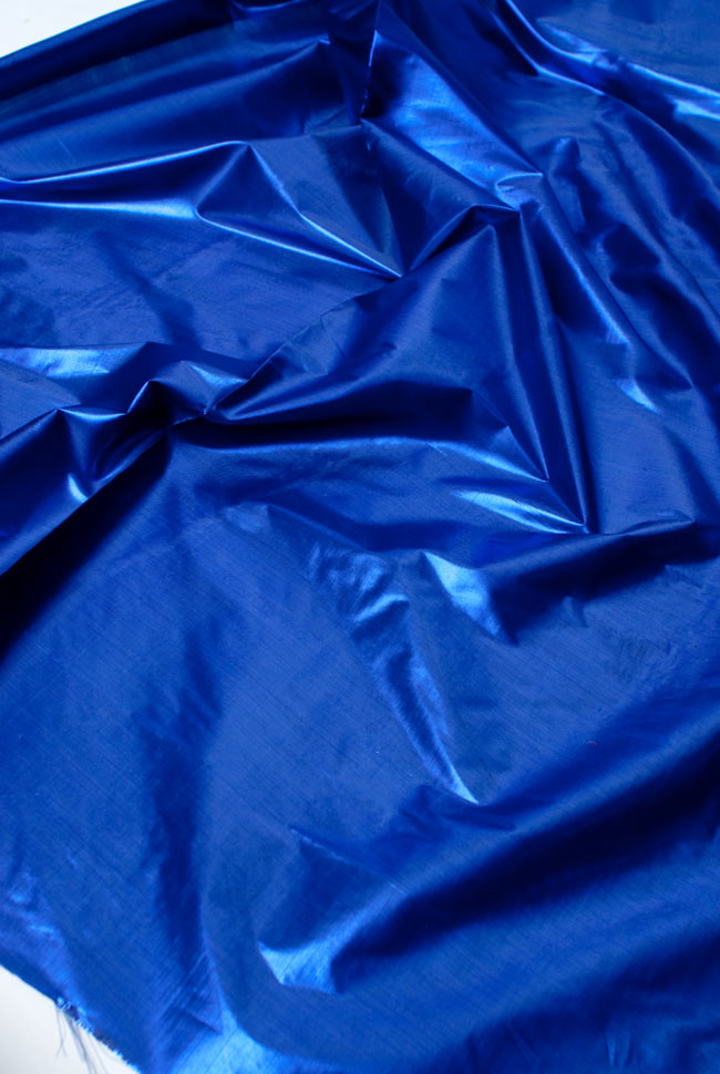 〔1m切り売り〕インドの伝統模様布 - 無地 青〔幅100cm〕の写真3 - 斜め上からの写真です