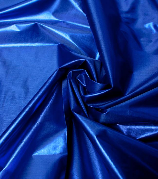 〔1m切り売り〕インドの伝統模様布 - 無地 青〔幅100cm〕の写真4 - 光の当たり方によって陰影が生まれます