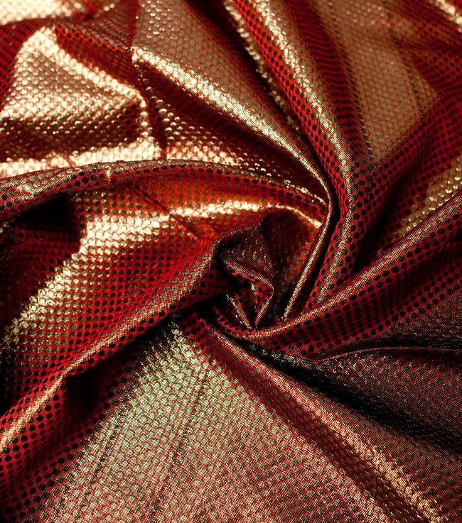 〔1m切り売り〕インドの伝統模様布 - ドット柄 樺色〔幅110cm〕の写真4 - 光の当たり方によって陰影が生まれます