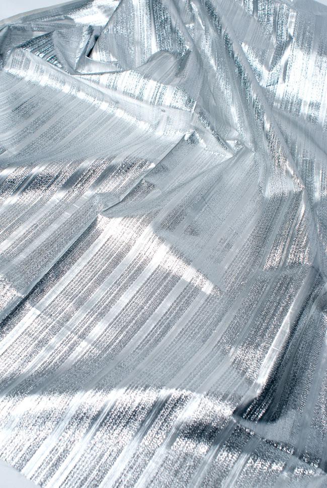 〔1m切り売り〕インドの伝統模様布 - ボーダー柄 シルバー〔幅104cm〕の写真3 - 斜め上からの写真です