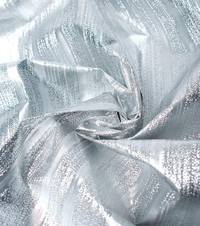 〔1m切り売り〕インドの伝統模様布 - ボーダー柄 シルバー〔幅104cm〕の写真4 - 光の当たり方によって陰影が生まれます