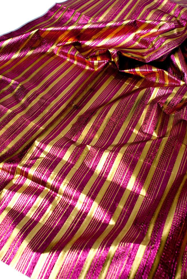〔1m切り売り〕インドの伝統模様布 - ボーダー柄 ピンク×金〔幅104cm〕の写真3 - 斜め上からの写真です