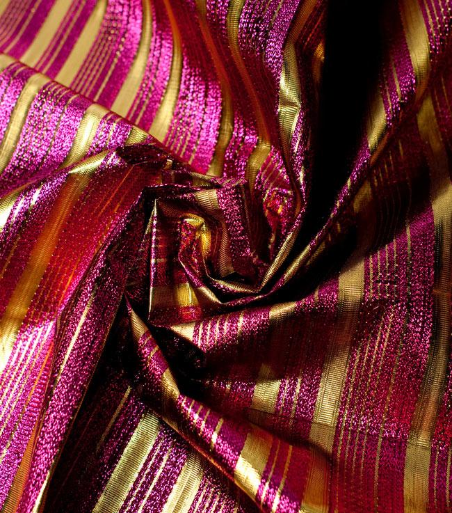〔1m切り売り〕インドの伝統模様布 - ボーダー柄 ピンク×金〔幅104cm〕の写真4 - 光の当たり方によって陰影が生まれます