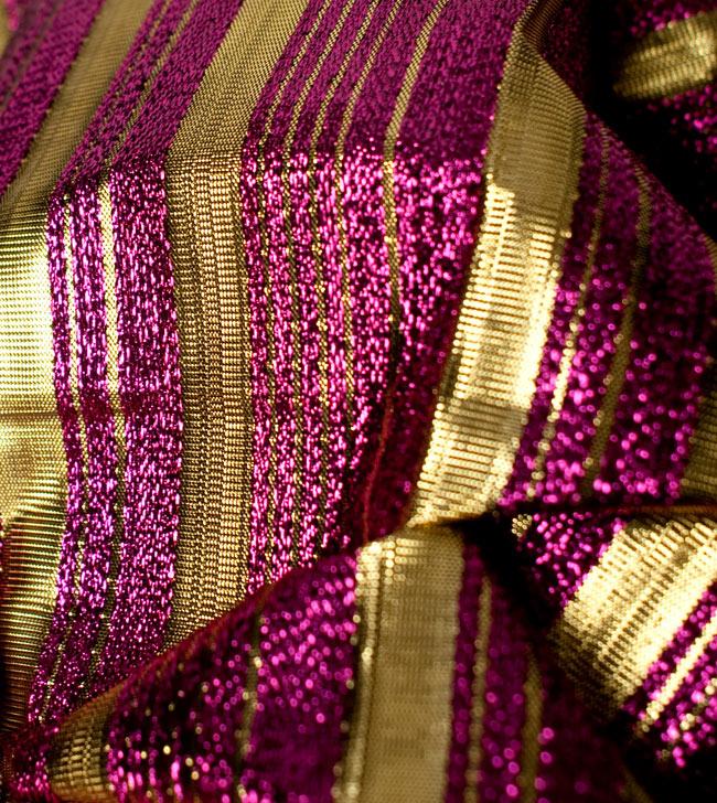 〔1m切り売り〕インドの伝統模様布 - ボーダー柄 ピンク×金〔幅104cm〕の写真5 - 拡大写真です