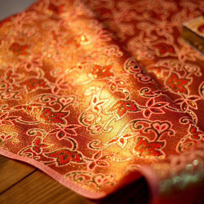 〔1m切り売り〕インドの伝統模様布 - ボーダー柄 ピンク×金〔幅104cm〕の写真8 - 光沢感のある布は、光の当たり方で表情がかわりとても綺麗です。ご注文個数に応じて長いサイズになるので、インテリア用だけではなく、手芸や手作りのバッグやお洋服など、DIY素材としてオススメの布です。
