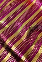〔1m切り売り〕インドの伝統模様布 - ボーダー柄 ピンク×金〔幅104cm〕