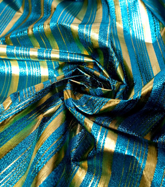 〔1m切り売り〕インドの伝統模様布 - ボーダー柄 青×金〔幅104cm〕の写真4 - 光の当たり方によって陰影が生まれます