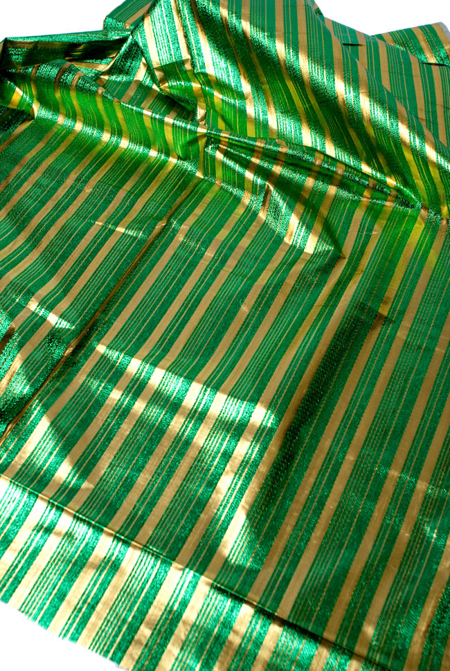 〔1m切り売り〕インドの伝統模様布 - ボーダー柄 緑×金〔幅104cm〕の写真3 - 斜め上からの写真です