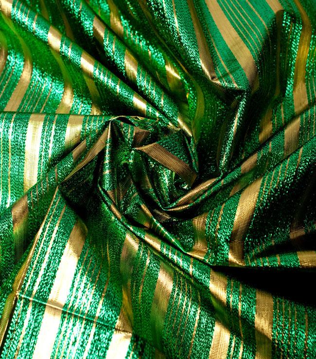 〔1m切り売り〕インドの伝統模様布 - ボーダー柄 緑×金〔幅104cm〕の写真4 - 光の当たり方によって陰影が生まれます