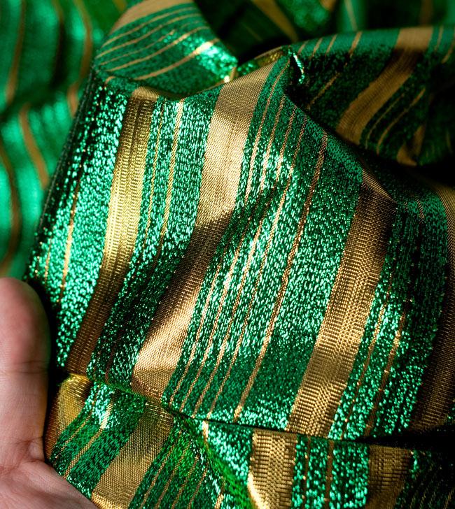 〔1m切り売り〕インドの伝統模様布 - ボーダー柄 緑×金〔幅104cm〕の写真5 - 拡大写真です
