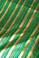 〔1m切り売り〕インドの伝統模様布 - ボーダー柄 緑×金〔幅104cm〕