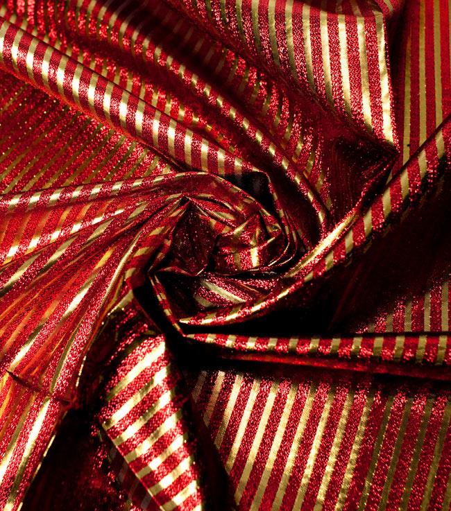 〔1m切り売り〕インドの伝統模様布 - ボーダー柄 赤×金〔幅105cm〕の写真4 - 光の当たり方によって陰影が生まれます
