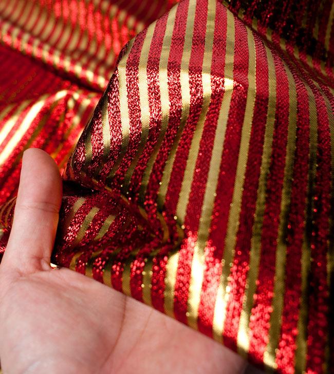 〔1m切り売り〕インドの伝統模様布 - ボーダー柄 赤×金〔幅105cm〕の写真5 - 拡大写真です