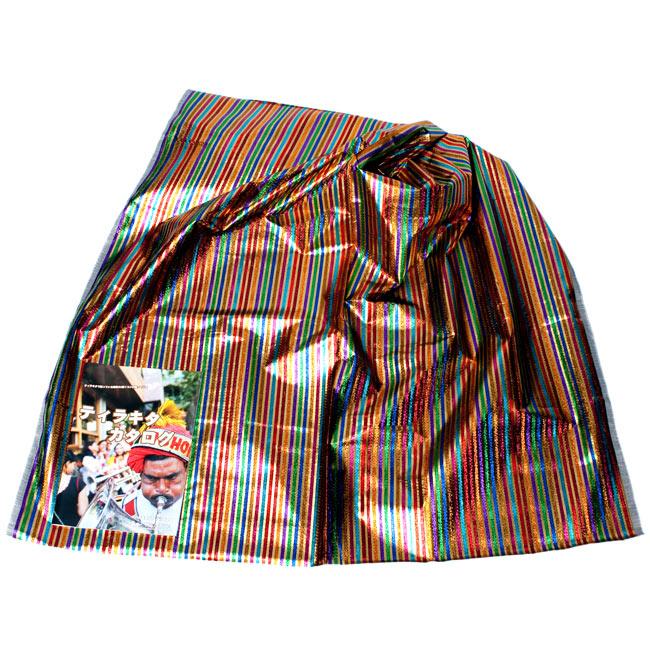 〔1m切り売り〕インドの伝統模様布 - ボーダー柄 虹色×金〔幅105cm〕 2 - 広げたところの写真です。幅はしっかりとあります。左下にあるサイズ比較用の当店カタログは、A4サイズです。