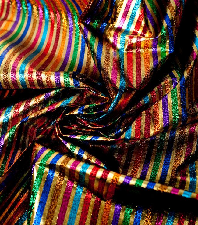 〔1m切り売り〕インドの伝統模様布 - ボーダー柄 虹色×金〔幅105cm〕 4 - 光の当たり方によって陰影が生まれます
