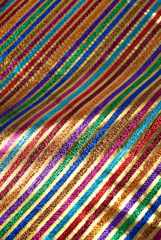 〔1m切り売り〕インドの伝統模様布 - ボーダー柄 虹色×金〔幅105cm〕の写真