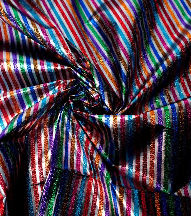 〔1m切り売り〕インドの伝統模様布 - ボーダー柄 虹色×金〔幅105cm〕の写真4 - 光の当たり方によって陰影が生まれます