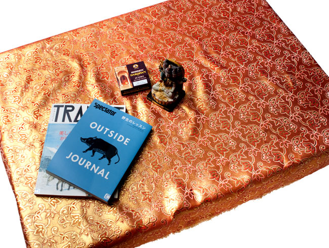 〔1m切り売り〕インドの伝統模様布 - ボーダー柄 虹色×金〔幅105cm〕の写真7 - 同じく1m分の使用例です。ちょっとした机なら十分覆うことができます。家具のデコレーション用にもオススメ。
