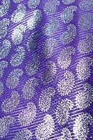 〔1m切り売り〕インドの伝統模様布 - ペイズリー柄 青紫×銀〔幅107cm〕