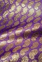 〔1m切り売り〕インドの伝統模様布 - ペイズリー柄 紫×金〔幅107cm〕