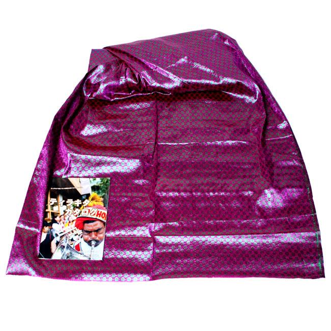 〔1m切り売り〕インドの伝統模様布 - 花柄 ピンク〔幅108cm〕の写真2 - 広げたところの写真です。幅はしっかりとあります。左下にあるサイズ比較用の当店カタログは、A4サイズです。