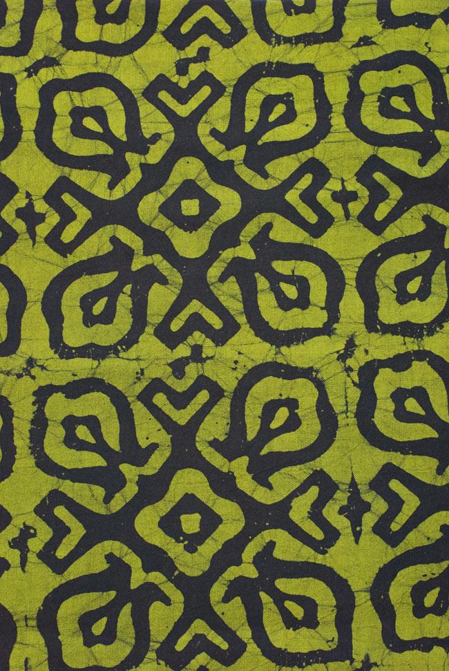 インドのバティック染め布 〔長さ2.8m程度×幅90cm程度〕 3 - 模様の繰り広がりを離れて見てみました。