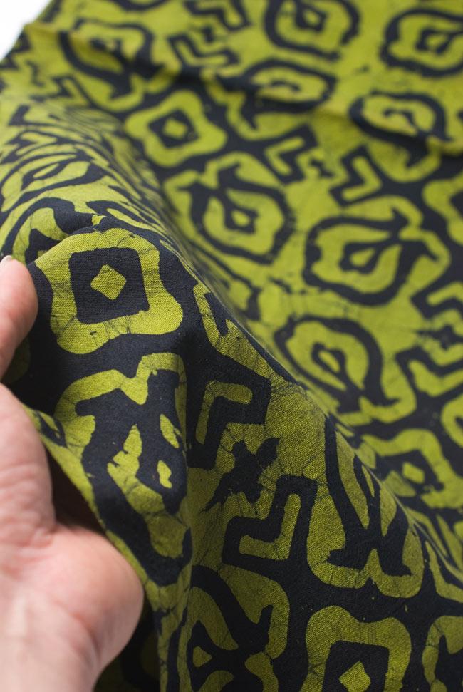 インドのバティック染め布 〔長さ2.8m程度×幅90cm程度〕 5 - 質感がわかるよう、端の部分を手で持ってみました。軽やかな手触りです。