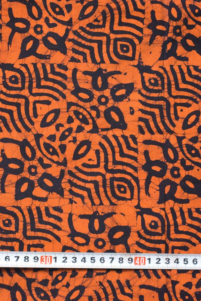 インドのバティック染め布 〔長さ2.8m程度×幅90cm程度〕の写真6 - 柄の大きさがわかるよう、定規と一緒に撮影しました。
