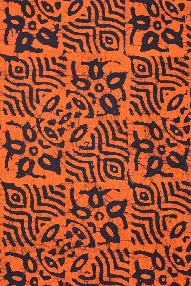 インドのバティック染め布 〔長さ2.8m程度×幅90cm程度〕の写真3 - 模様の繰り広がりを離れて見てみました。