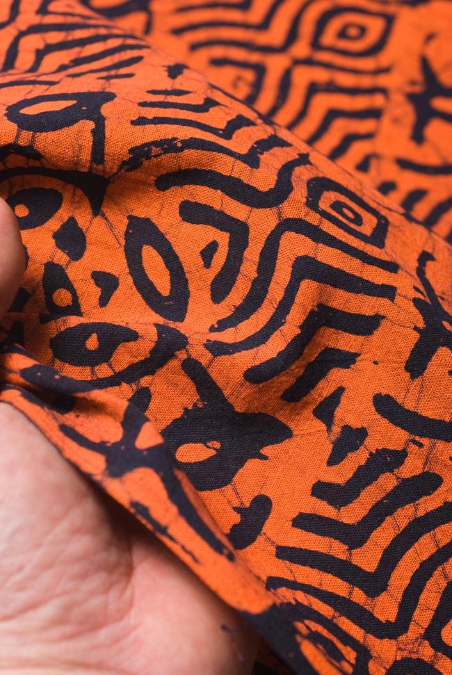 インドのバティック染め布 〔長さ2.8m程度×幅90cm程度〕の写真5 - 質感がわかるよう、端の部分を手で持ってみました。軽やかな手触りです。