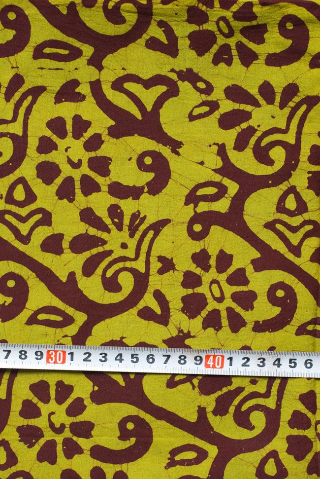 〔1m切り売り〕インドのバティック染め布 〔幅約110cm〕の写真6 - 柄の大きさがわかるよう、定規と一緒に撮影しました。