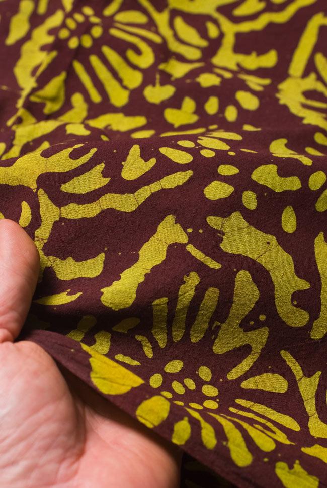〔1m切り売り〕インドのバティック染め布 〔幅約110cm〕の写真5 - 質感がわかるよう、端の部分を手で持ってみました。軽やかな手触りです。