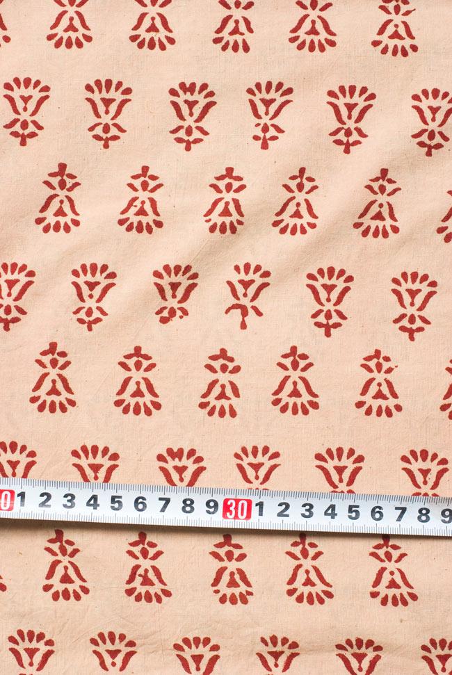 〔1m切り売り〕カッチの草木染め布〔幅110cm〕の写真6 - 柄の大きさがわかるよう、定規と一緒に撮影しました。
