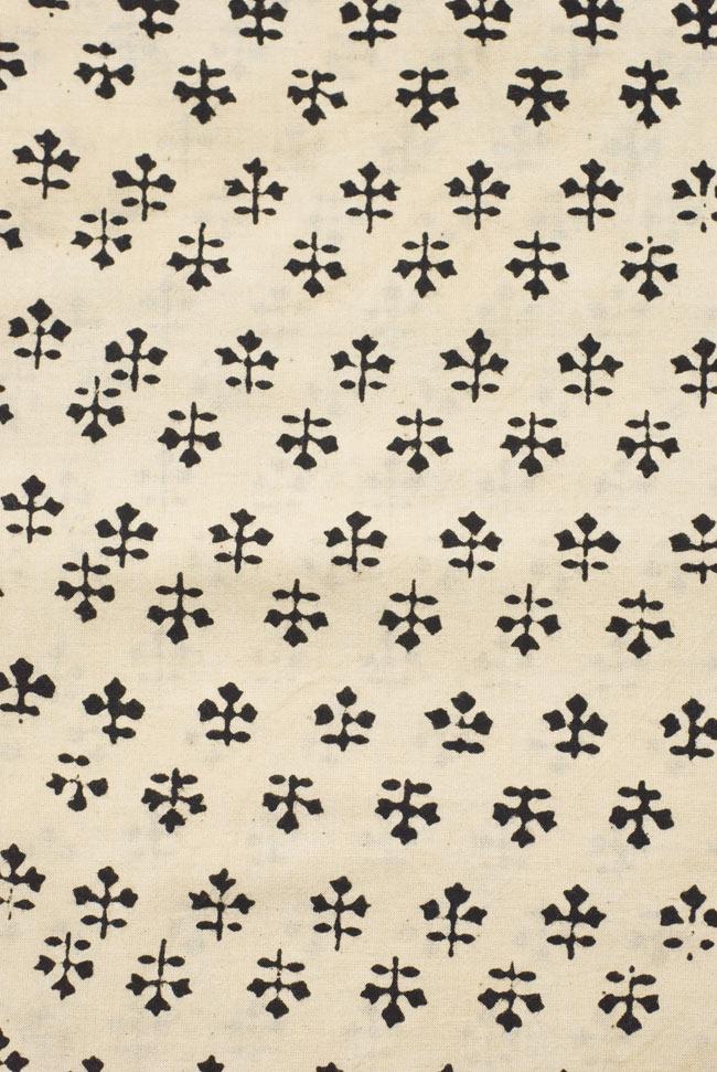 〔1m切り売り〕カッチの草木染め布〔幅110cm〕の写真3 - 模様の繰り広がりを離れて見てみました。