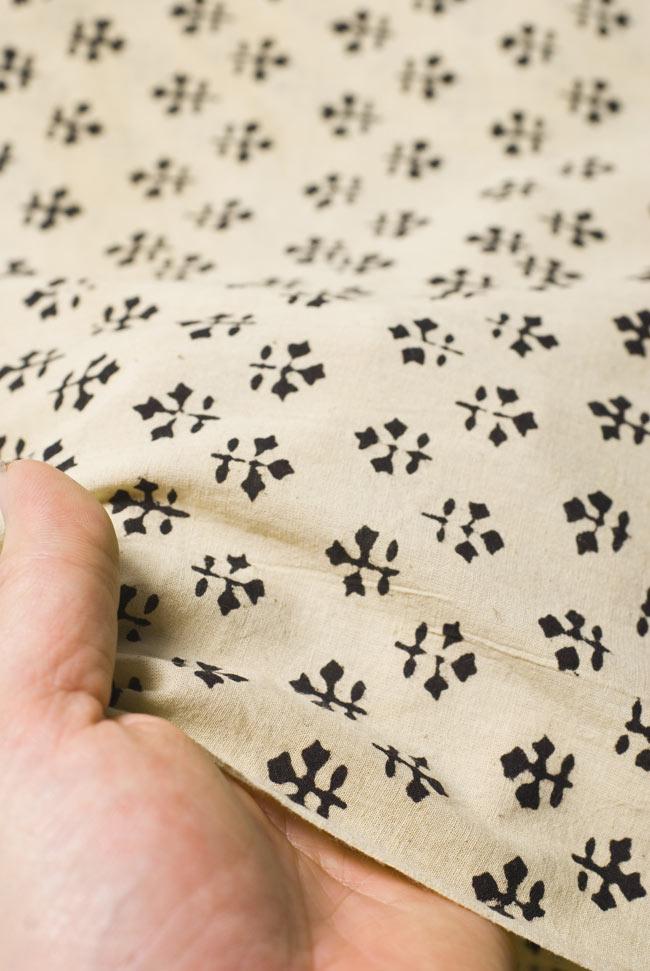 〔1m切り売り〕カッチの草木染め布〔幅110cm〕の写真5 - 質感がわかるよう、端の部分を手で持ってみました。軽やかな手触りです。