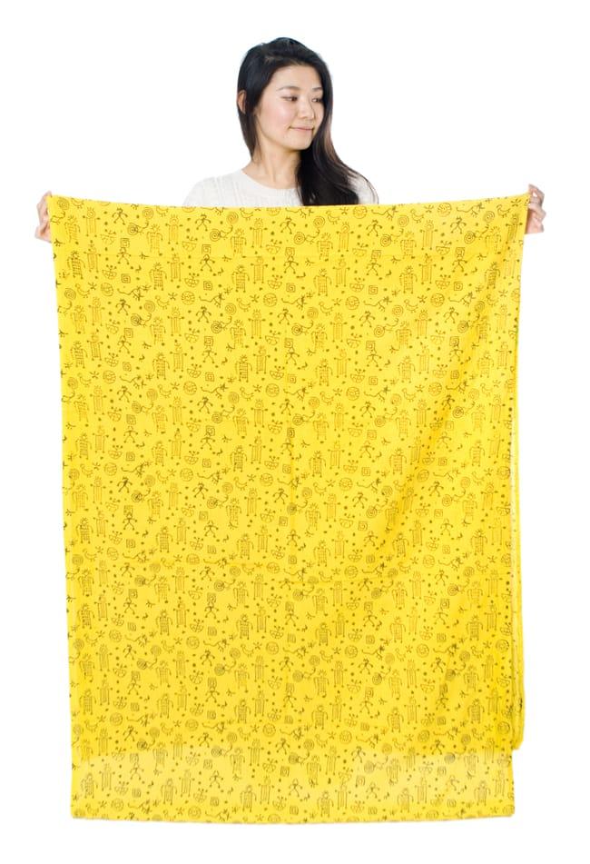 〔1m切り売り〕カッチの草木染め布〔幅110cm〕の写真7 - モデルさんが持ってみるとこれくらいの広がりです(写真は幅97cm程度の同種類です)