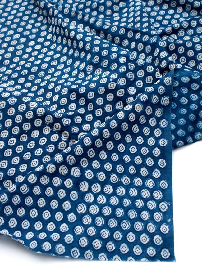 〔90cm切り売り〕インディゴブルーの伝統泥染め布 - 小花柄〔幅約115cm〕 4 - フチの写真です