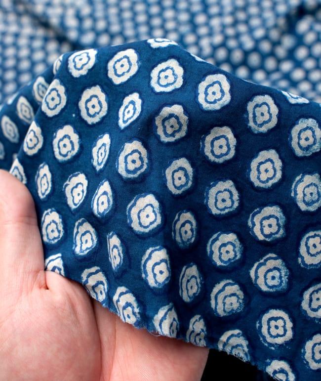 〔90cm切り売り〕インディゴブルーの伝統泥染め布 - 小花柄〔幅約115cm〕 5 - 手芸からデコレーション用の布などなど、色々な用途にご使用いただけます!